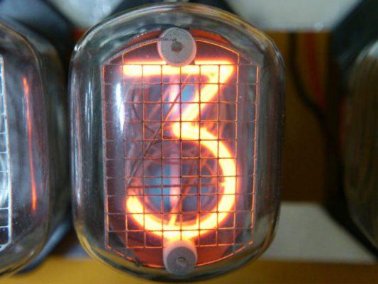 「3」を表示させたニキシー管